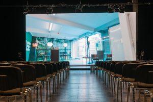 250 Stühle in der Bühne 1